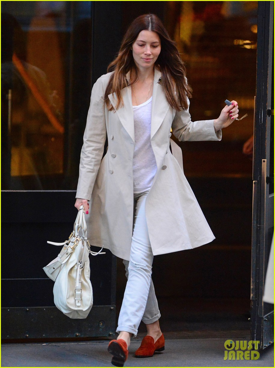 jessica biel amazed by people in pajamas at airports 043092250