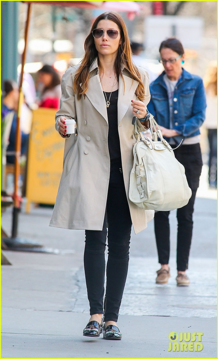 jessica biel amazed by people in pajamas at airports 053092251