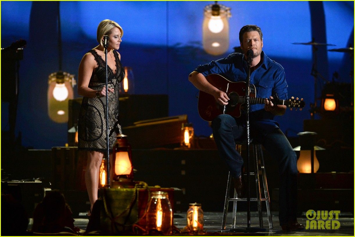 blake shelton gwen sebastian duet my eyes at acm awards 2014 033085945