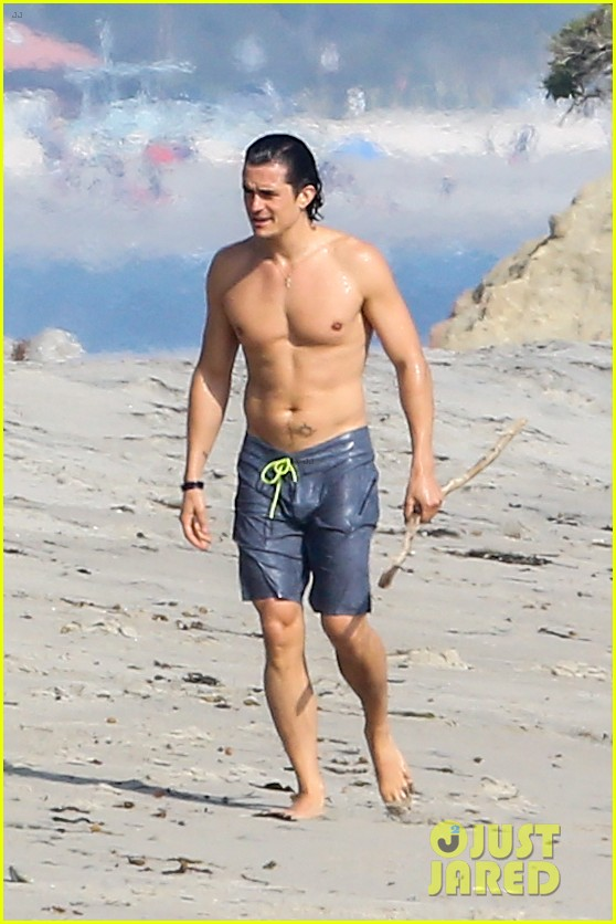 orlando bloom shirtless beach body 01