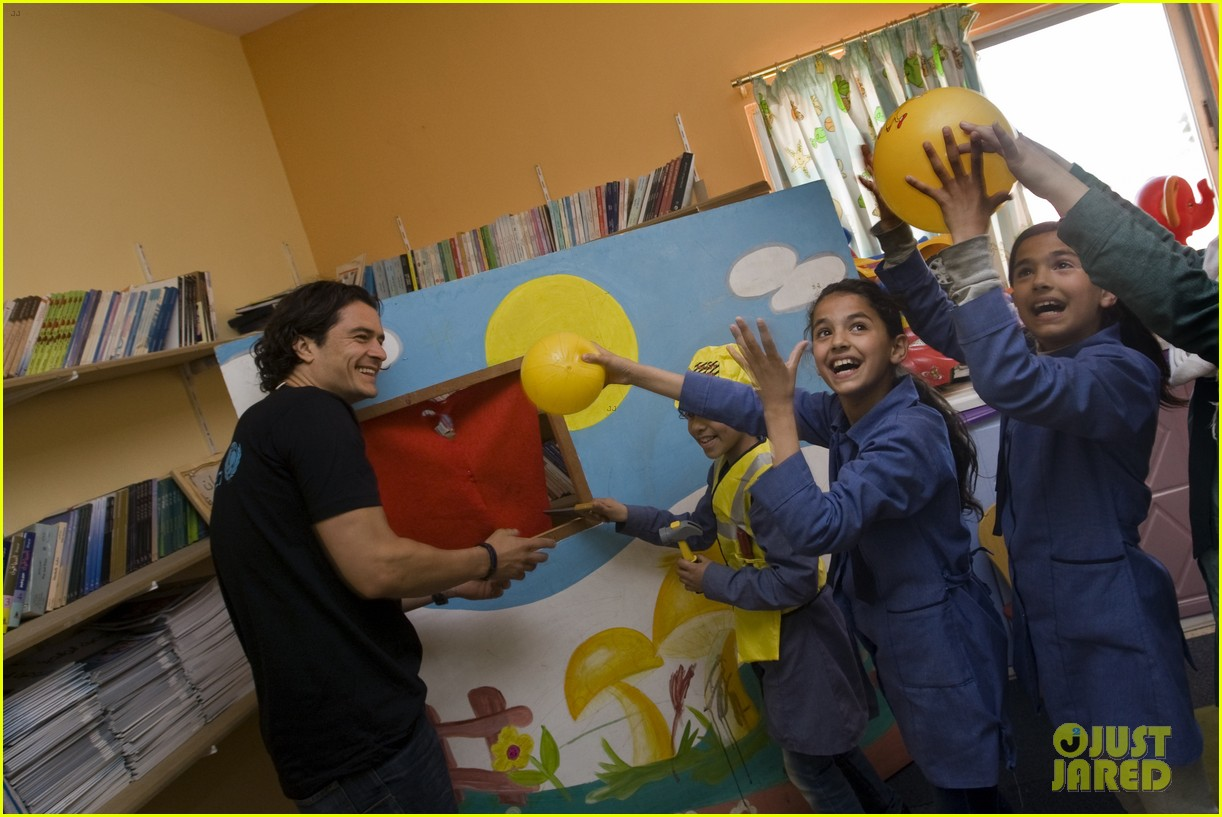 orlando bloom visits syrian refugees in jordan 093091856