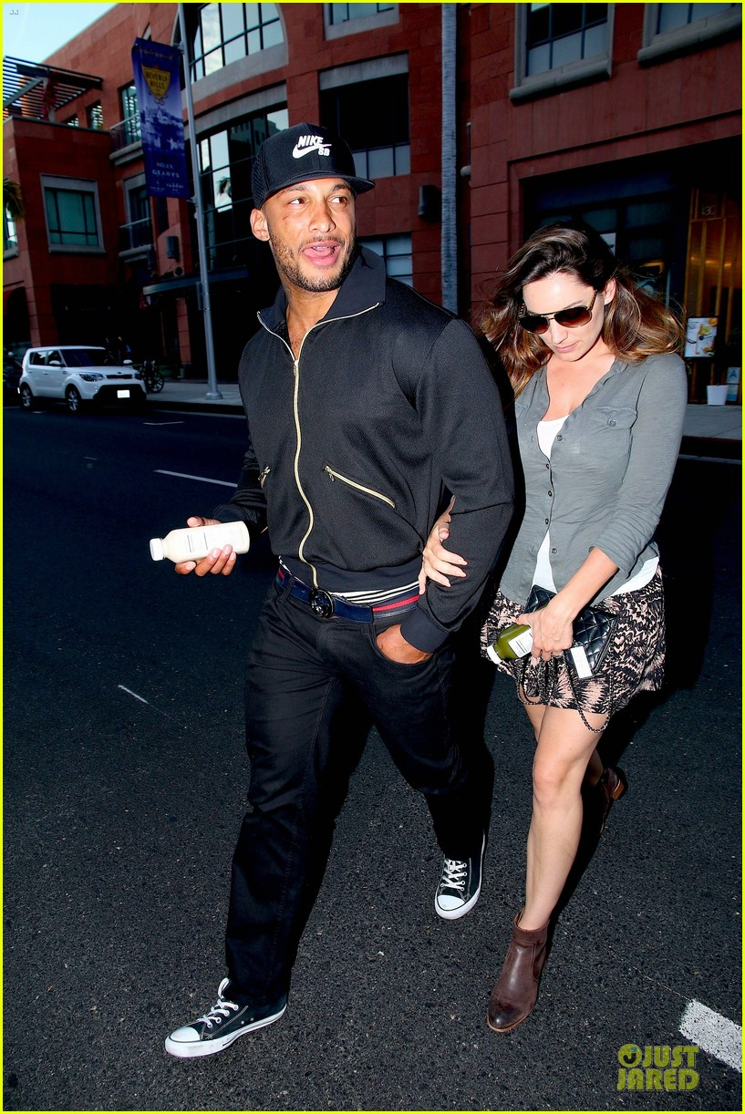 kelly brook holds david mcintosh huge arms 08