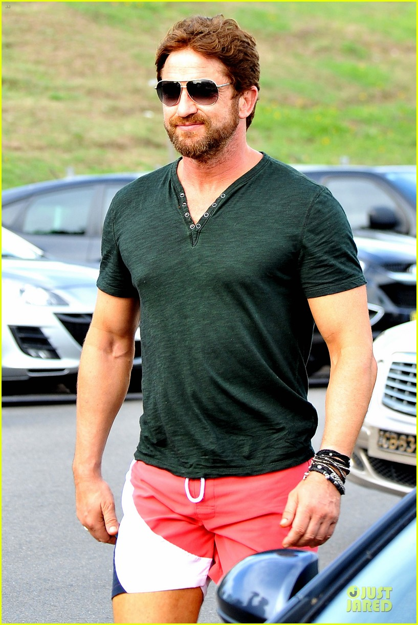 gerard butler barefoot confidence at bondi beach 023083734