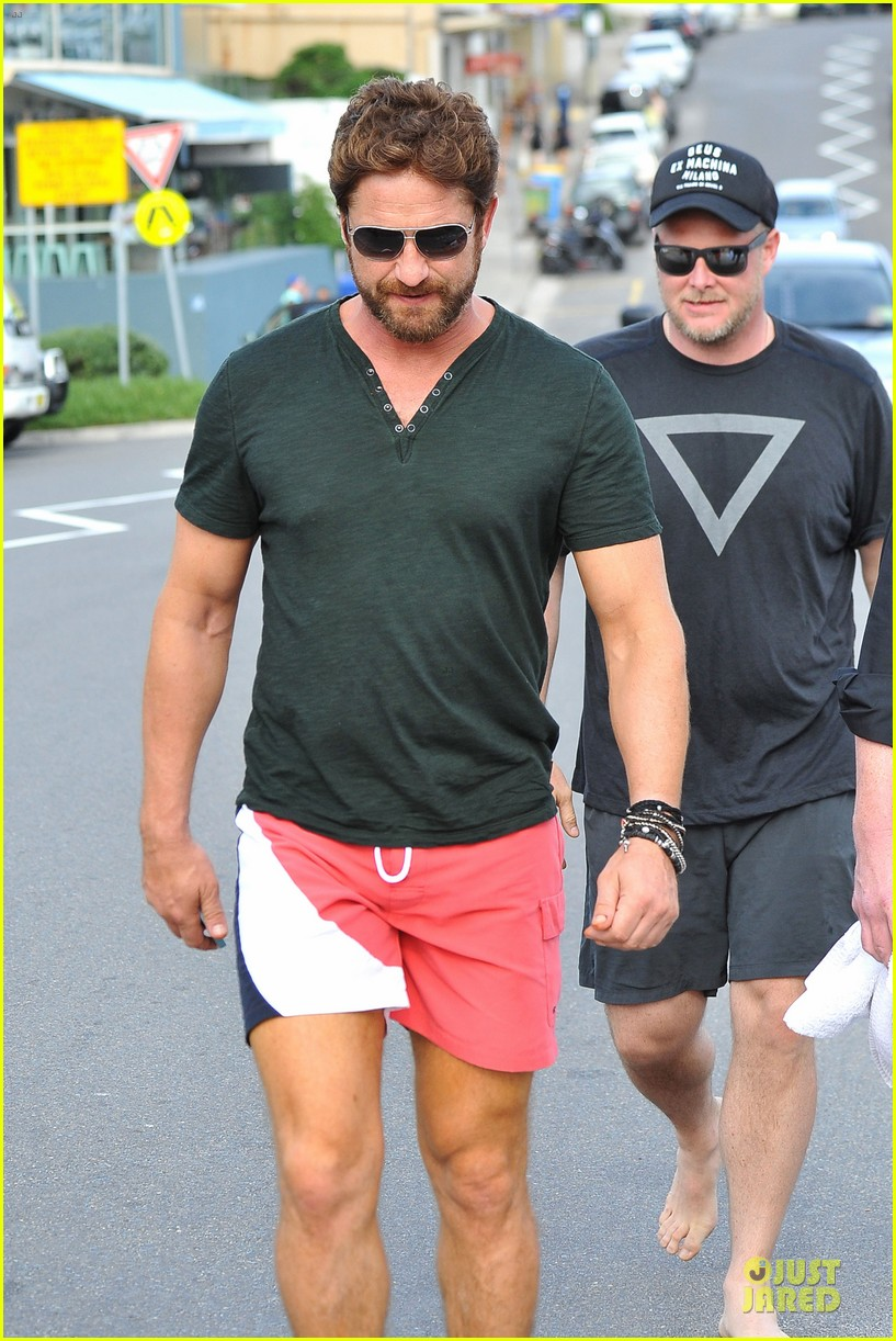 gerard butler barefoot confidence at bondi beach 04