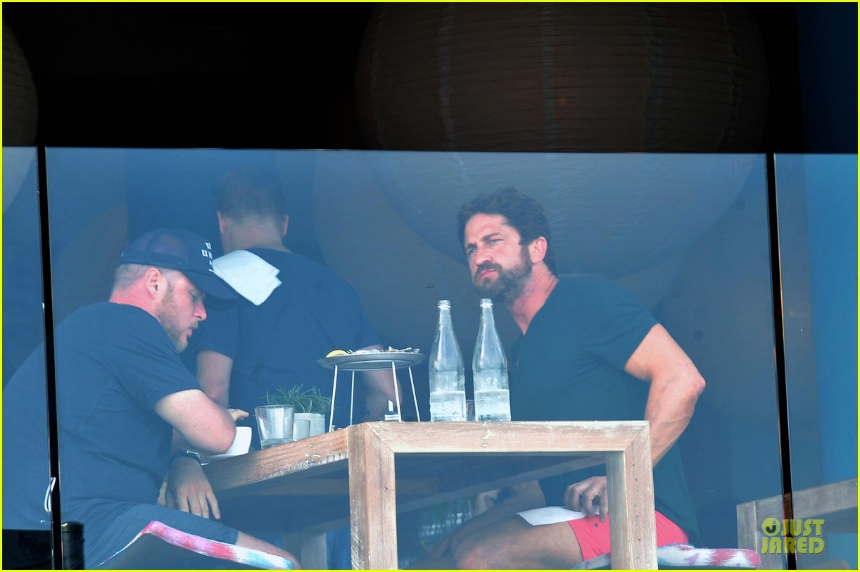 gerard butler barefoot confidence at bondi beach 063083738