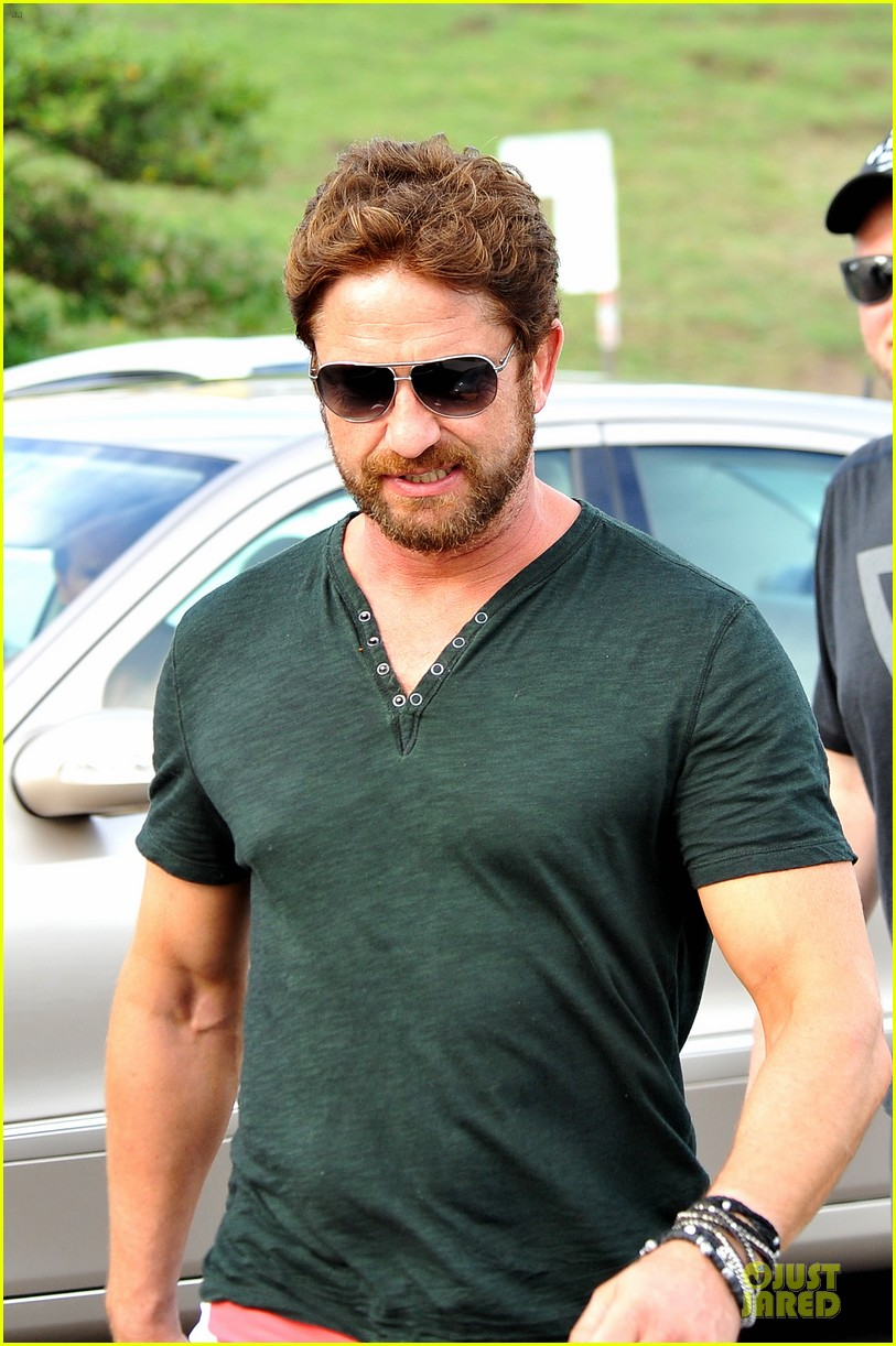gerard butler barefoot confidence at bondi beach 08