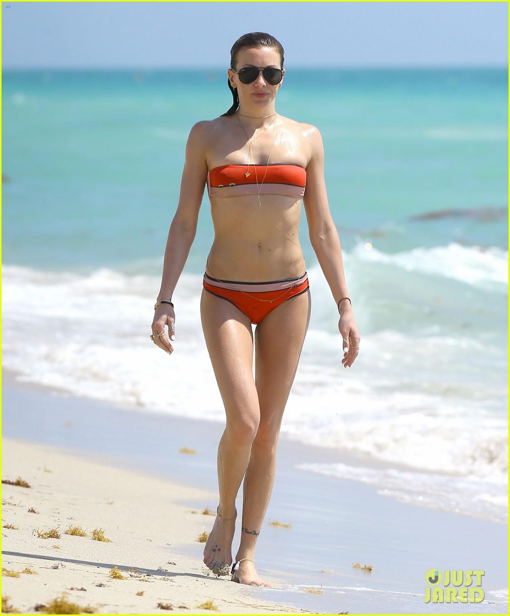 arrows katie cassidy shows off amazing body in tiny bikini 01