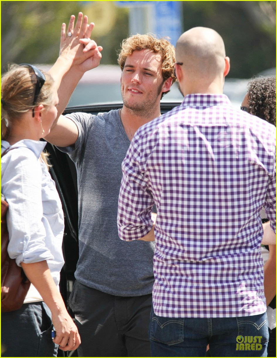 sam claflin very happy with extra gun show 08