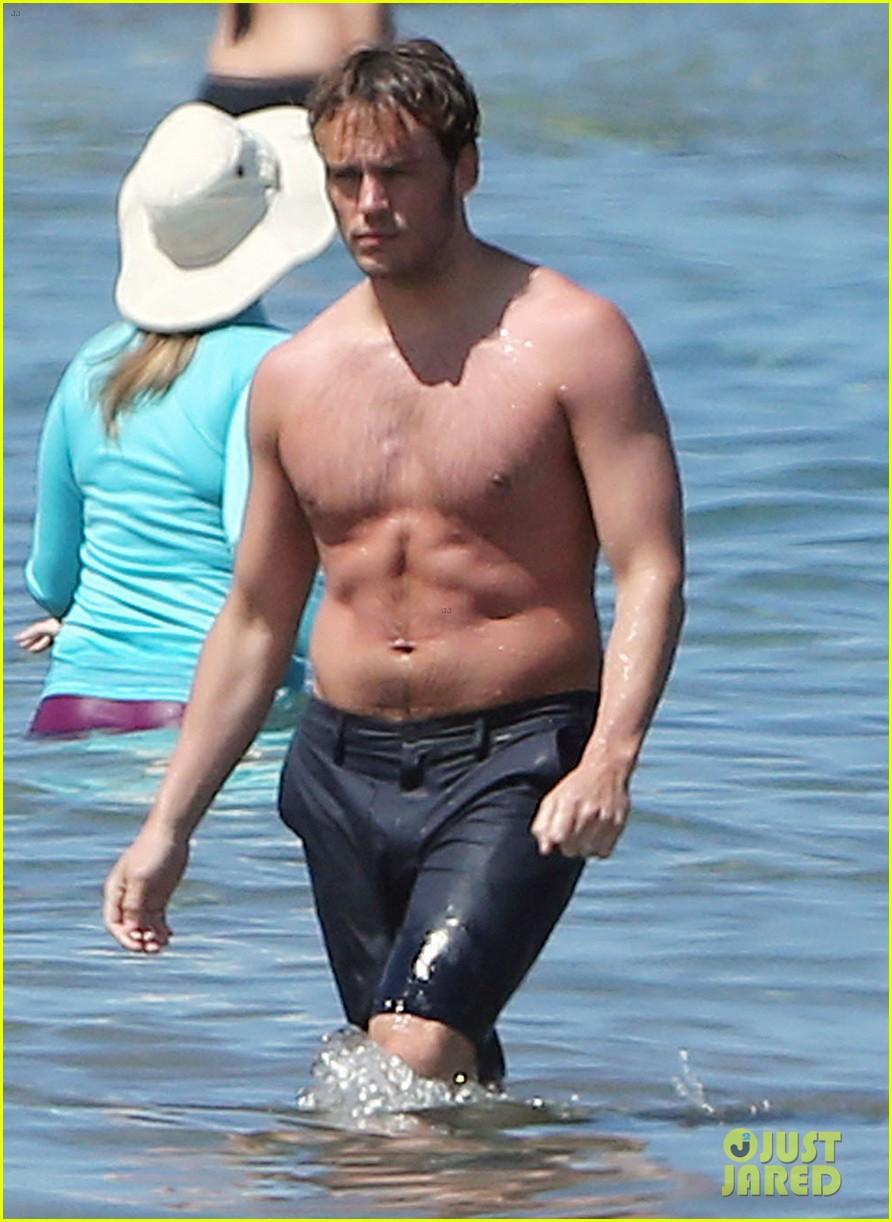 sam claflin goes shirtless again in hawaii 04