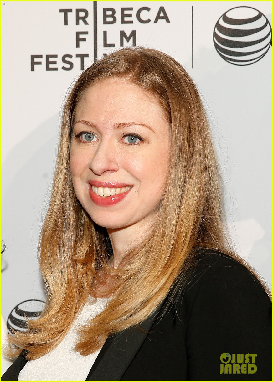 pregnant chelsea clinton hits red carpet 023094098
