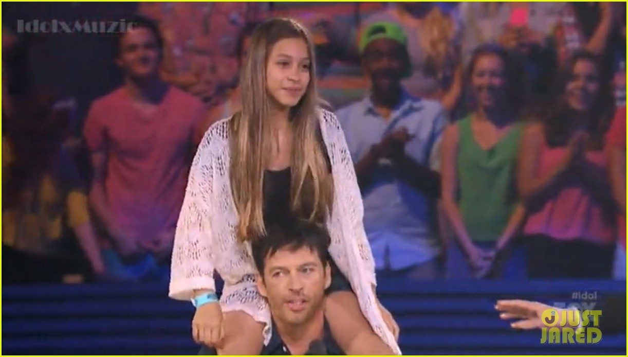 harry connick jr random girl shoulder ride american idol 03