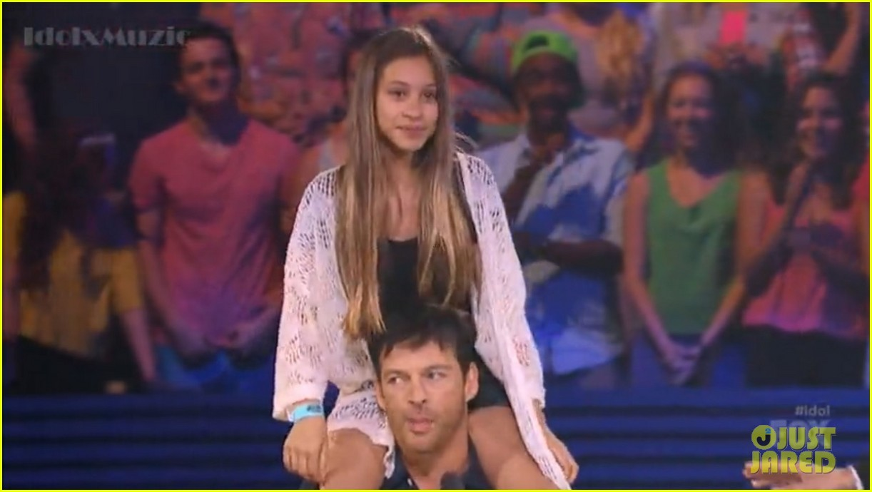 harry connick jr random girl shoulder ride american idol 083088129