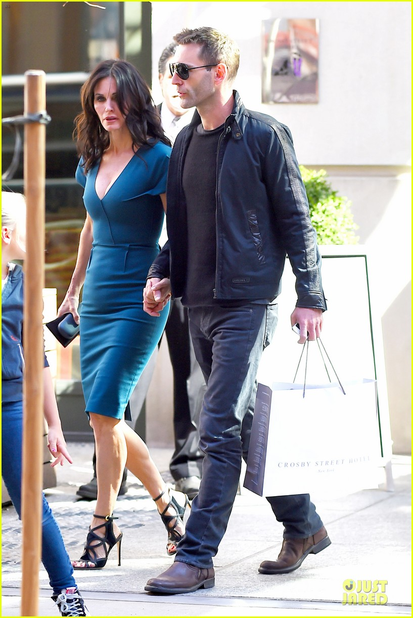 courteney cox johnny mcdaid hold hands at letterman 10