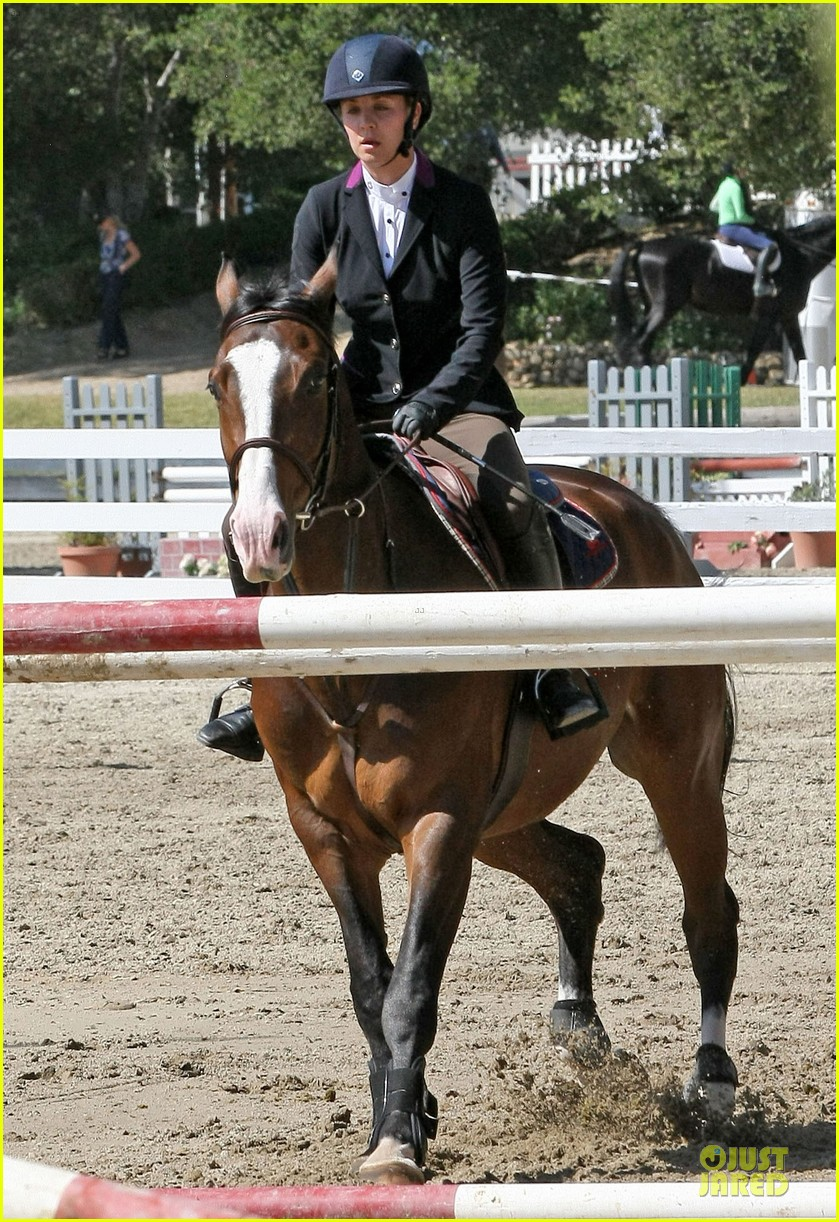 kaley cuoco zooey deschanel cant stop horseback riding 03