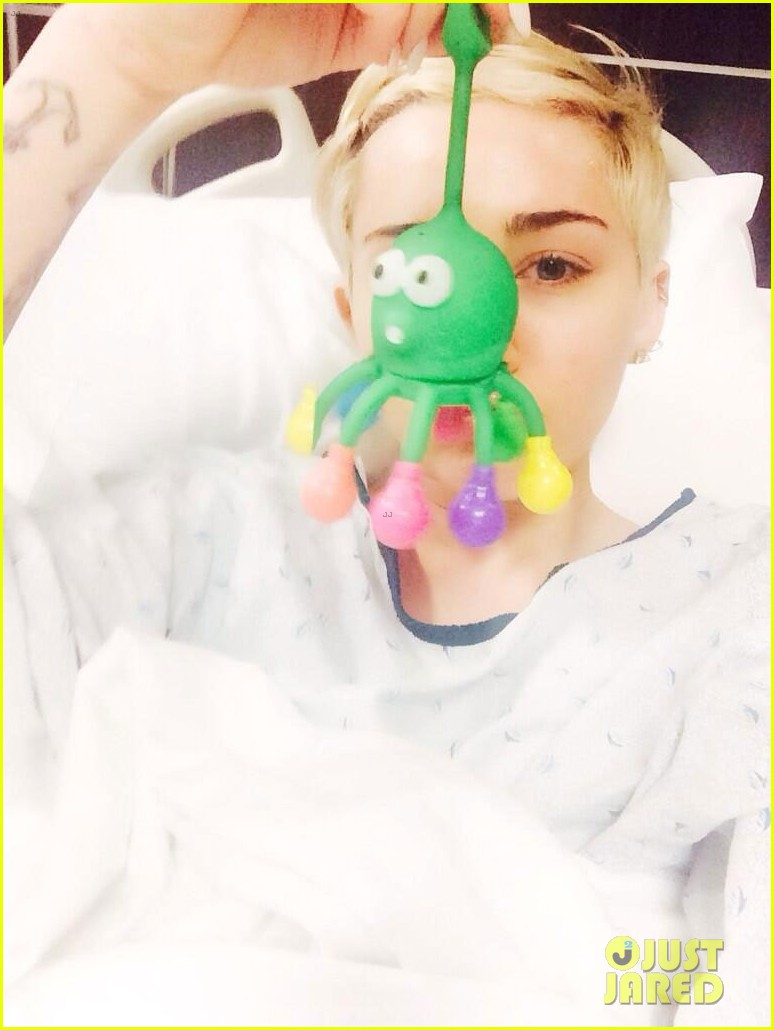 miley cyrus hospitalized allergic reaction