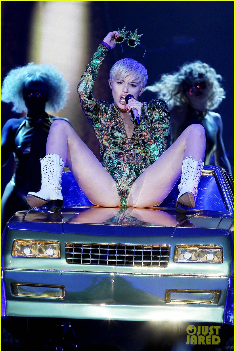 miley cyrus hits the stage despite being miserable 023084174