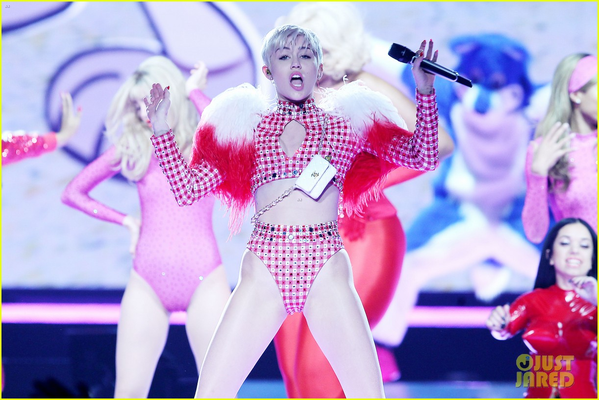 miley cyrus hits the stage despite being miserable 06