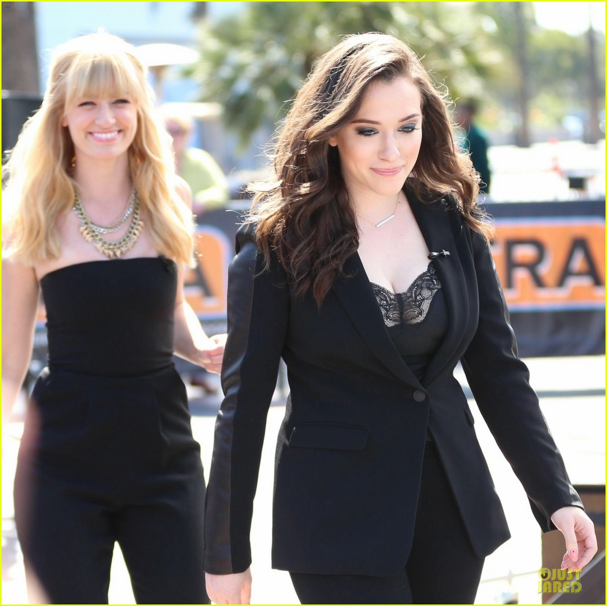 kat dennings beth behrs extra 2 broke girls 09