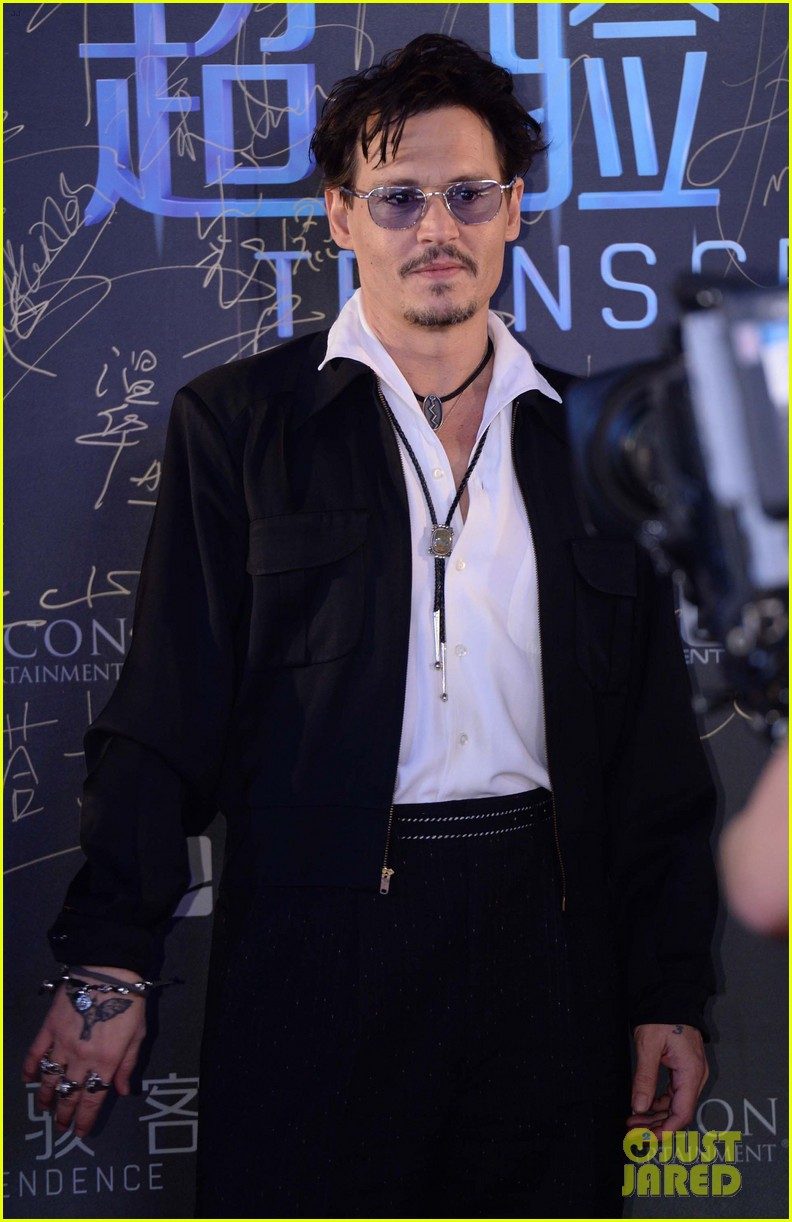johnny depp hits the transcendence premiere 01
