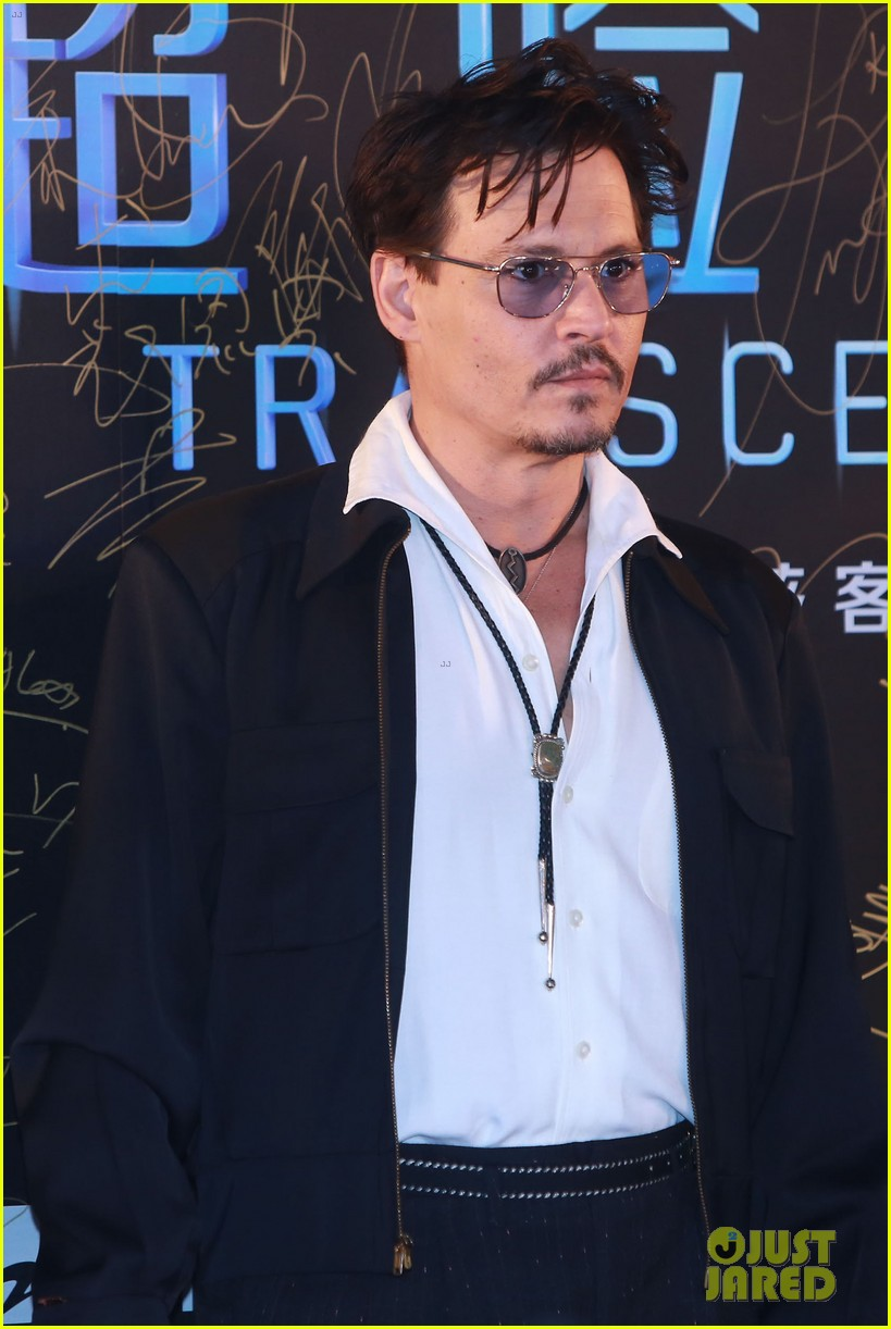 johnny depp hits the transcendence premiere 08
