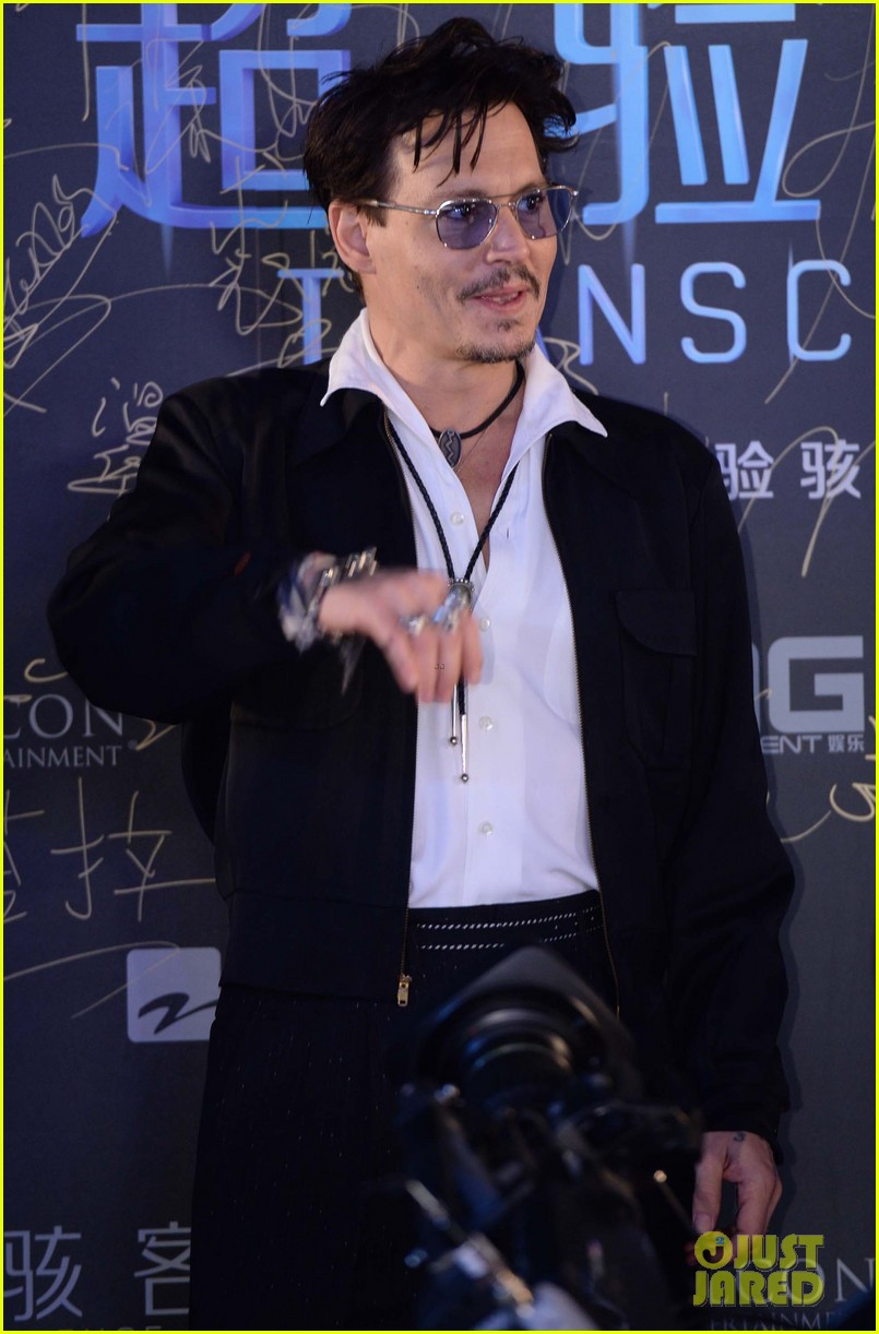 johnny depp hits the transcendence premiere 09