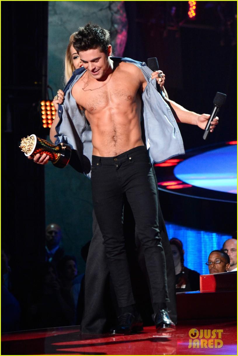 more zac efron shirtless photos mtv movie awards 2014 03