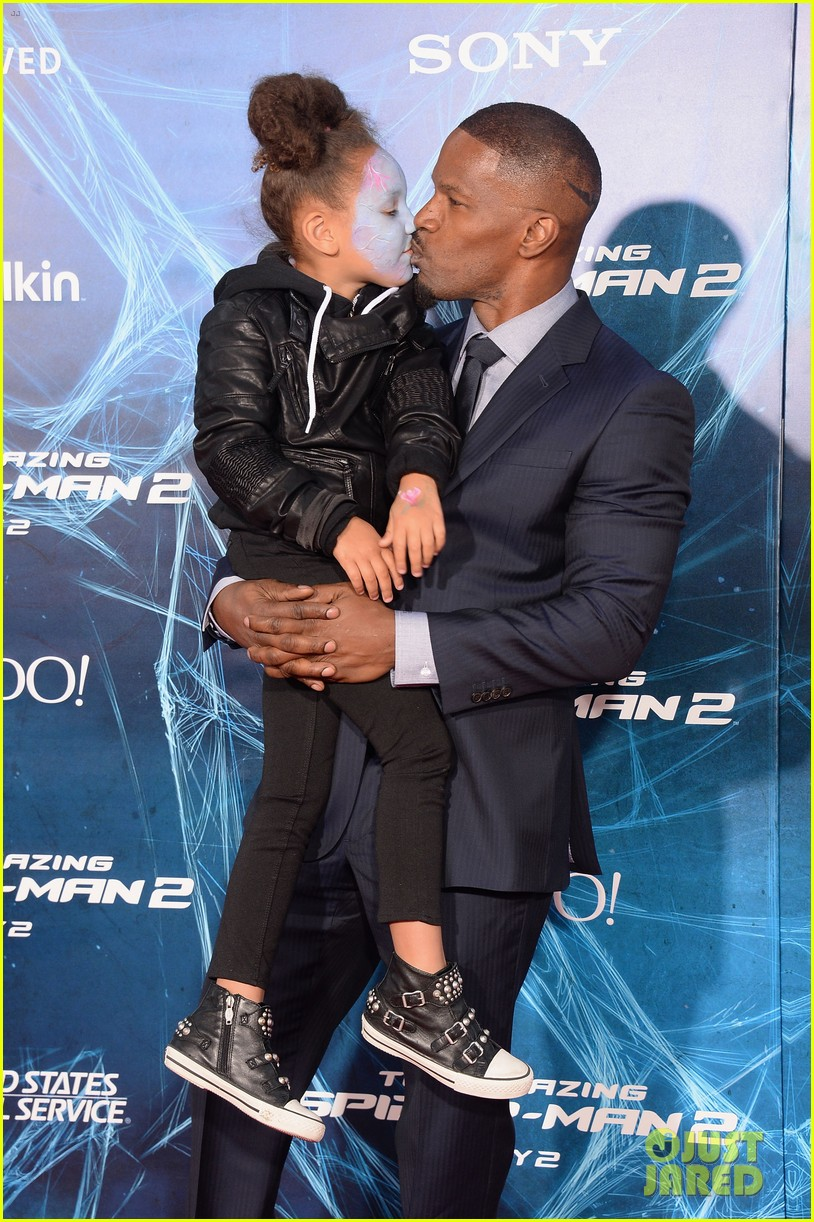 http://cdn04.cdn.justjared.com/wp-content/uploads/2014/04/foxx-makeup/jamie-foxx-daughter-wears-electro-makeup-at-amazing-spider-man-2-premiere-09.jpg