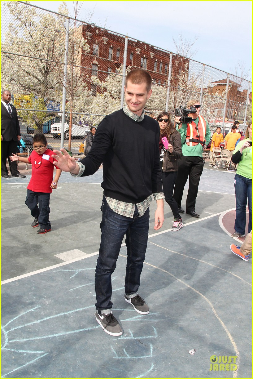 andrew garfield emma stone heart of gold at volunteer day 25