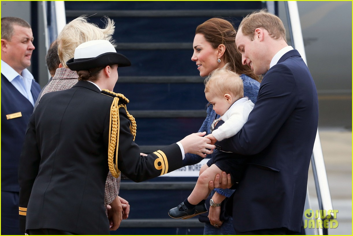 prince george makes appearance parents play with puppies 053092940