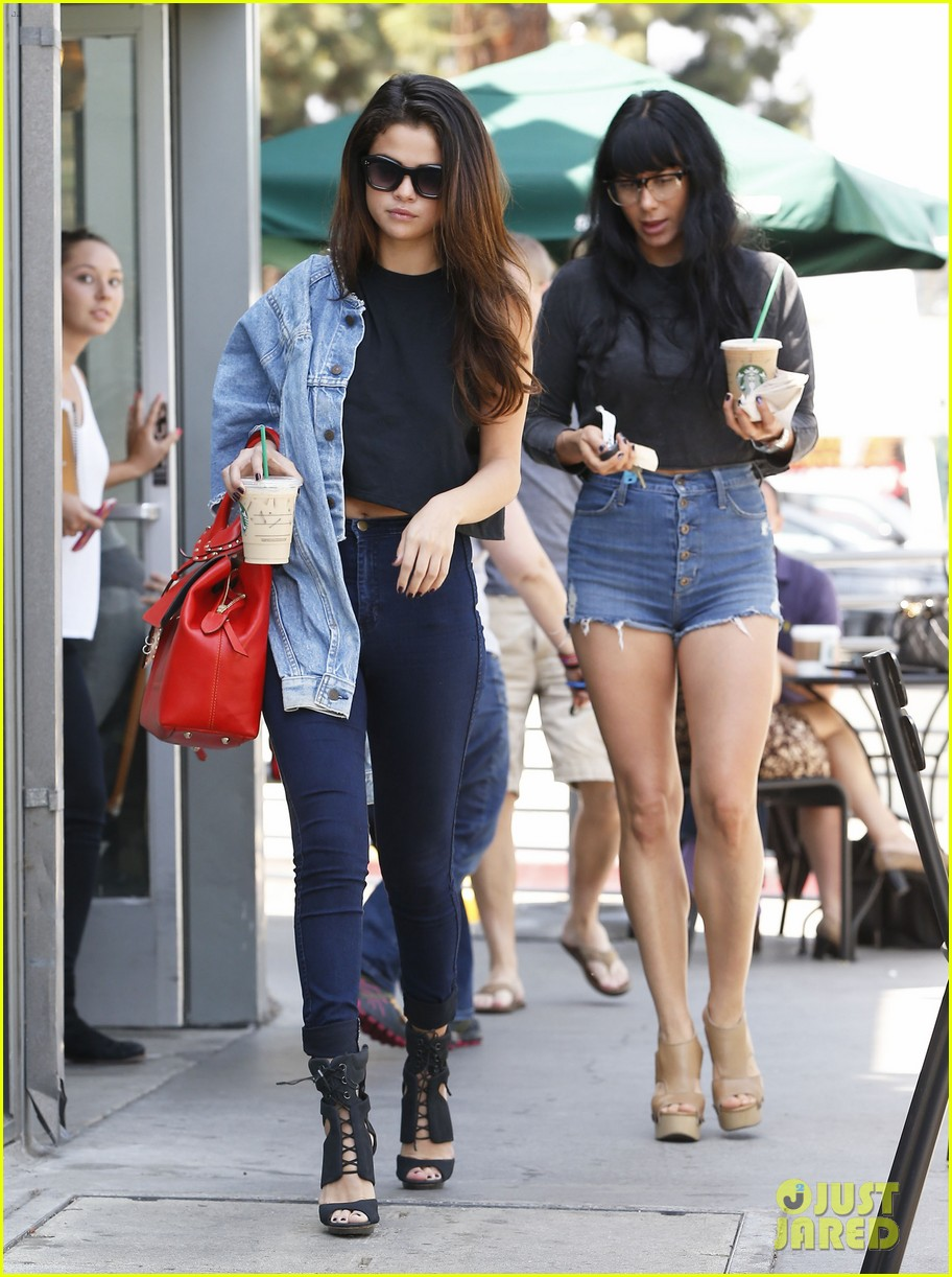 selena gomez spent easter sunday with tons of friends 083096268