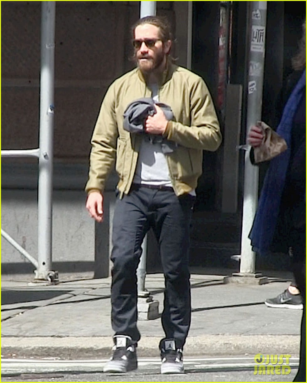 jake gyllenhaal is back in nyc still sporting his scruffy beard 043101628