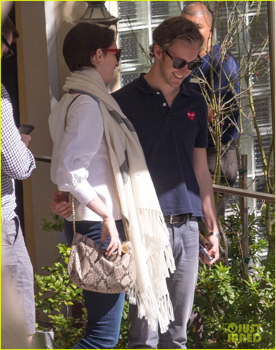 anne hathaway adam shulman embrace after sunday brunch 04