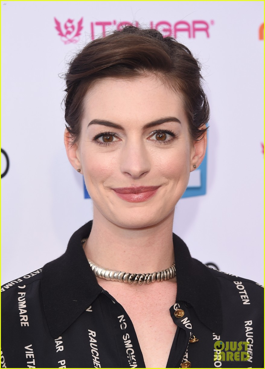 anne hathaway promotes no smoking on the red carpet 073100034