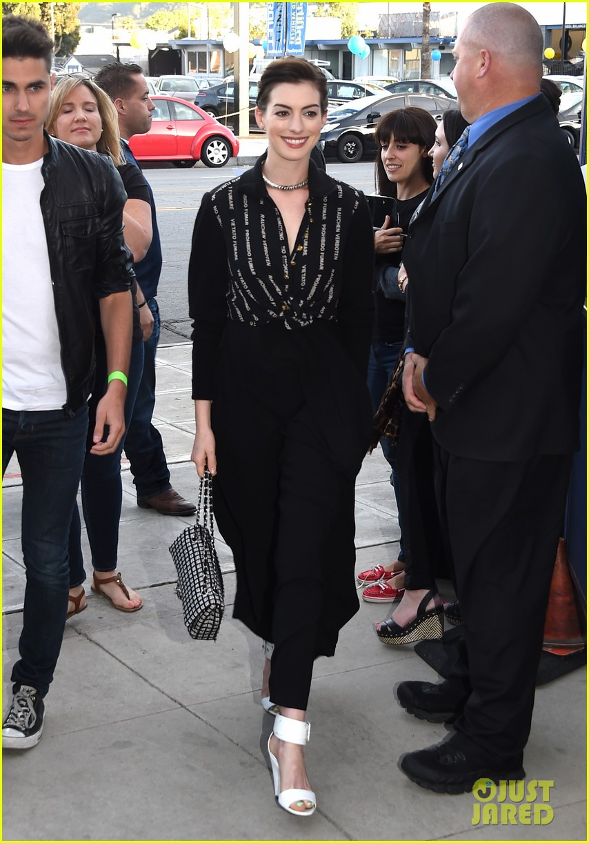 anne hathaway promotes no smoking on the red carpet 123100039