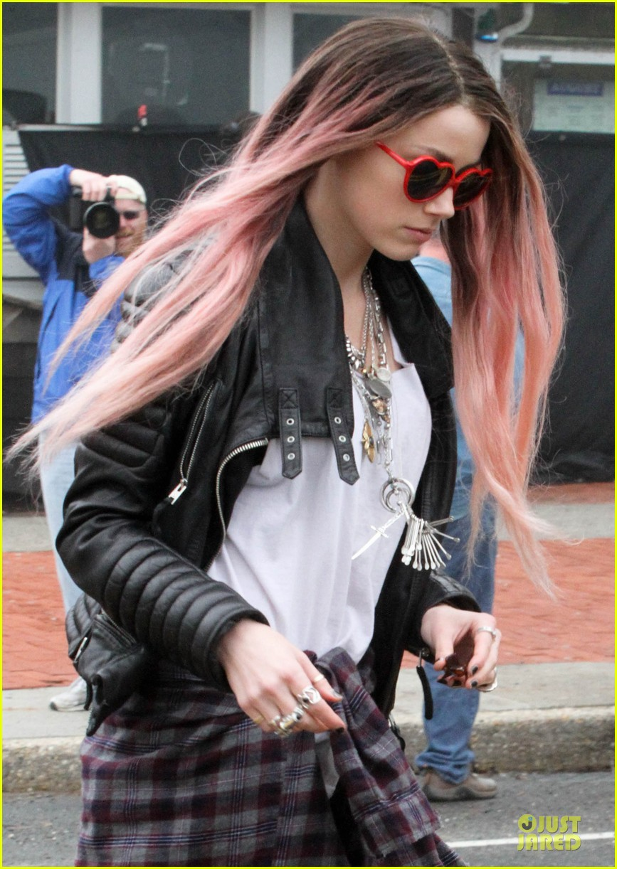 amber heard rocks pink wig on new movie 08