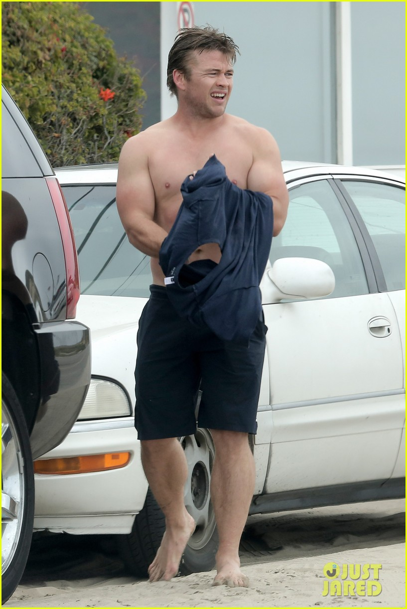 luke hemsworth shirtless at the beach 13