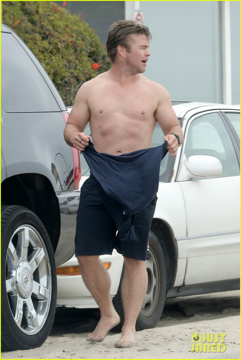 luke hemsworth shirtless at the beach 17
