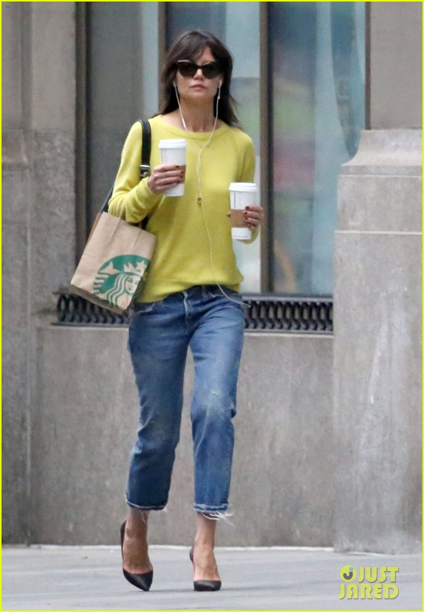 katie holmes brightens up a dreary new york city day 01