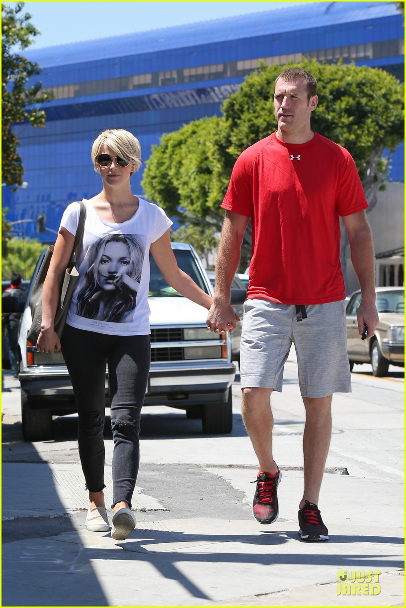 julianne hough doesnt shy away love for boyfriend brooks laich 073099517