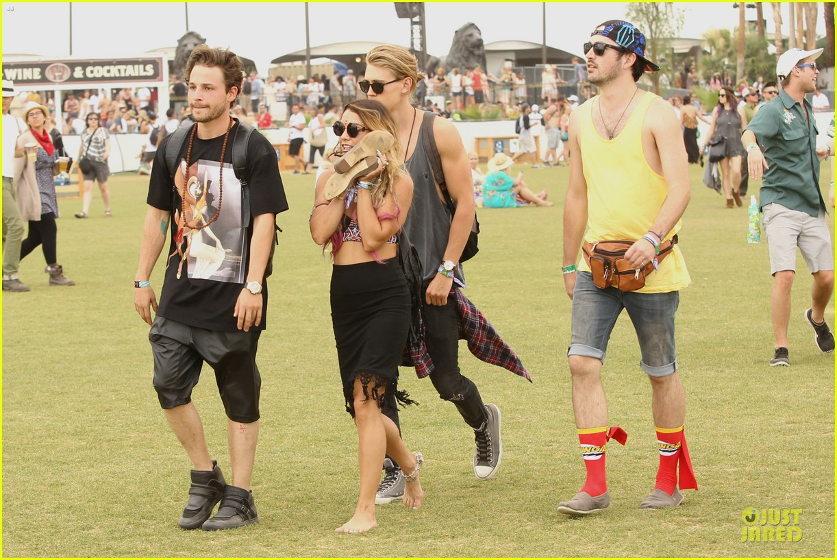 vanessa hudgens austin butler couldnt get enough of coachella 16