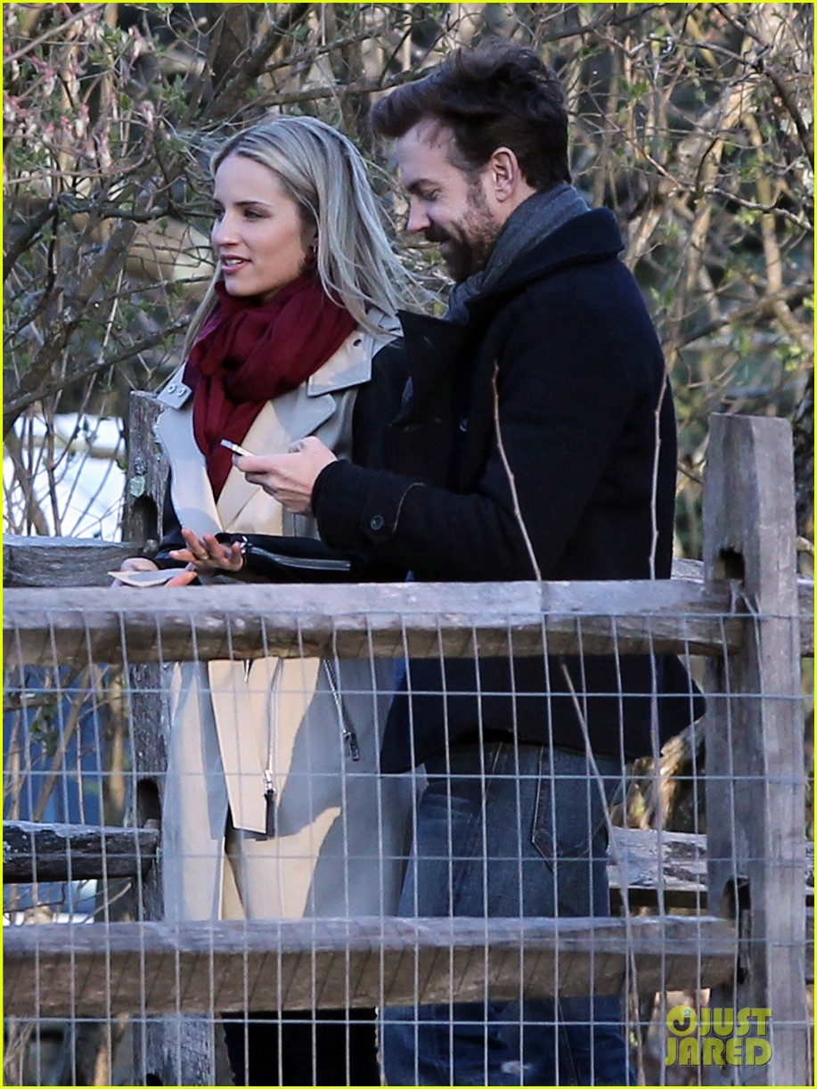 jason sudeikis shows dianna agron pictures of baby otis 06