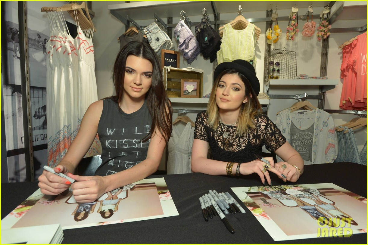 kendall kylie jenner take cute sister selfie at pac sun meet greet 17