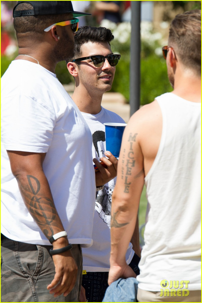 joe jonas dianna agron desert pool party pals coachella 13