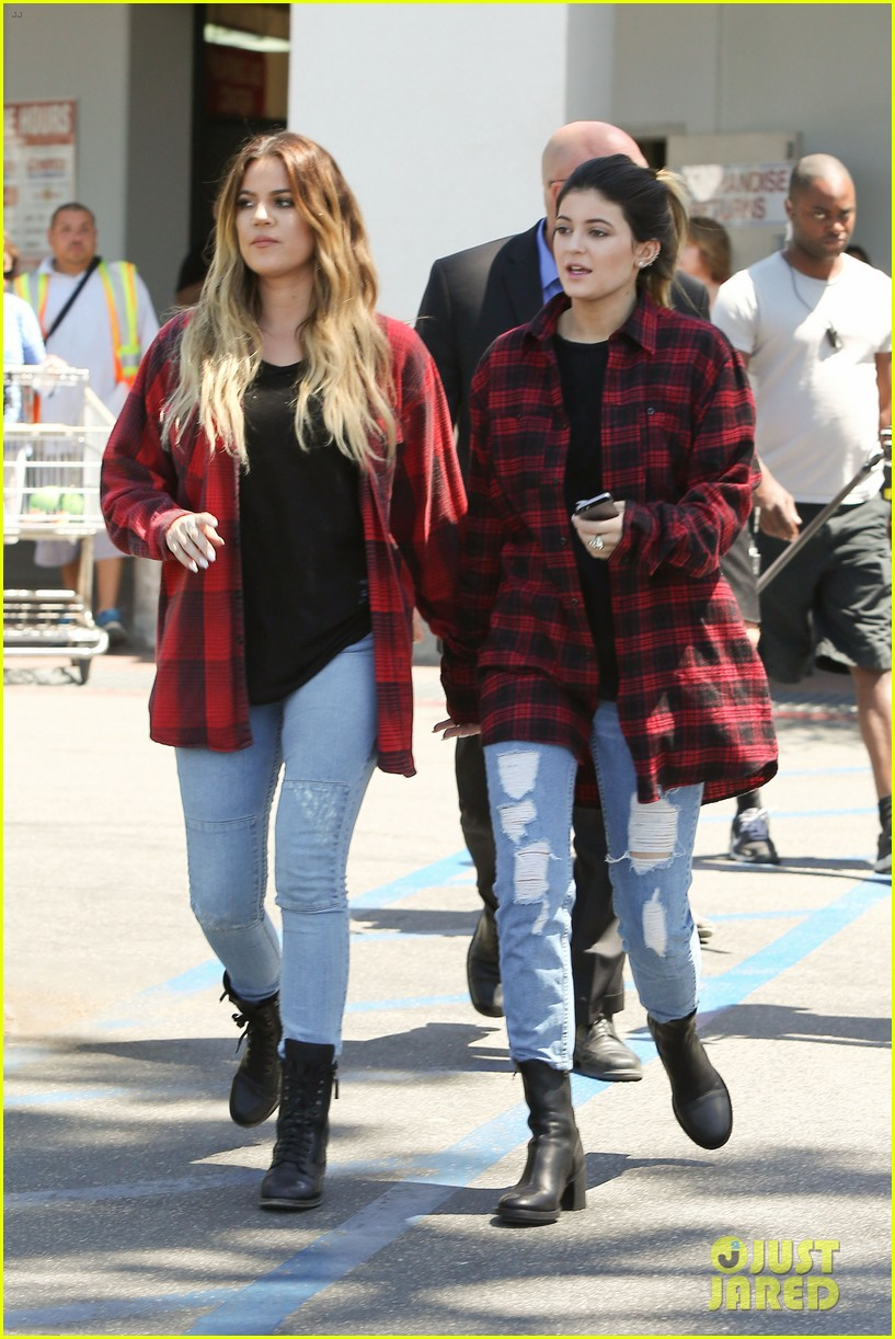 khloe kardashian kylie jenner basically wore the same outfit 01