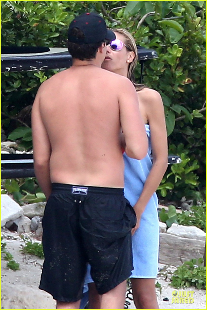 heidi klum continues topless vacation 043093629
