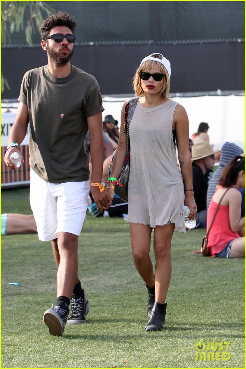 zoe kravitz holds hands with mystery man coachella 07