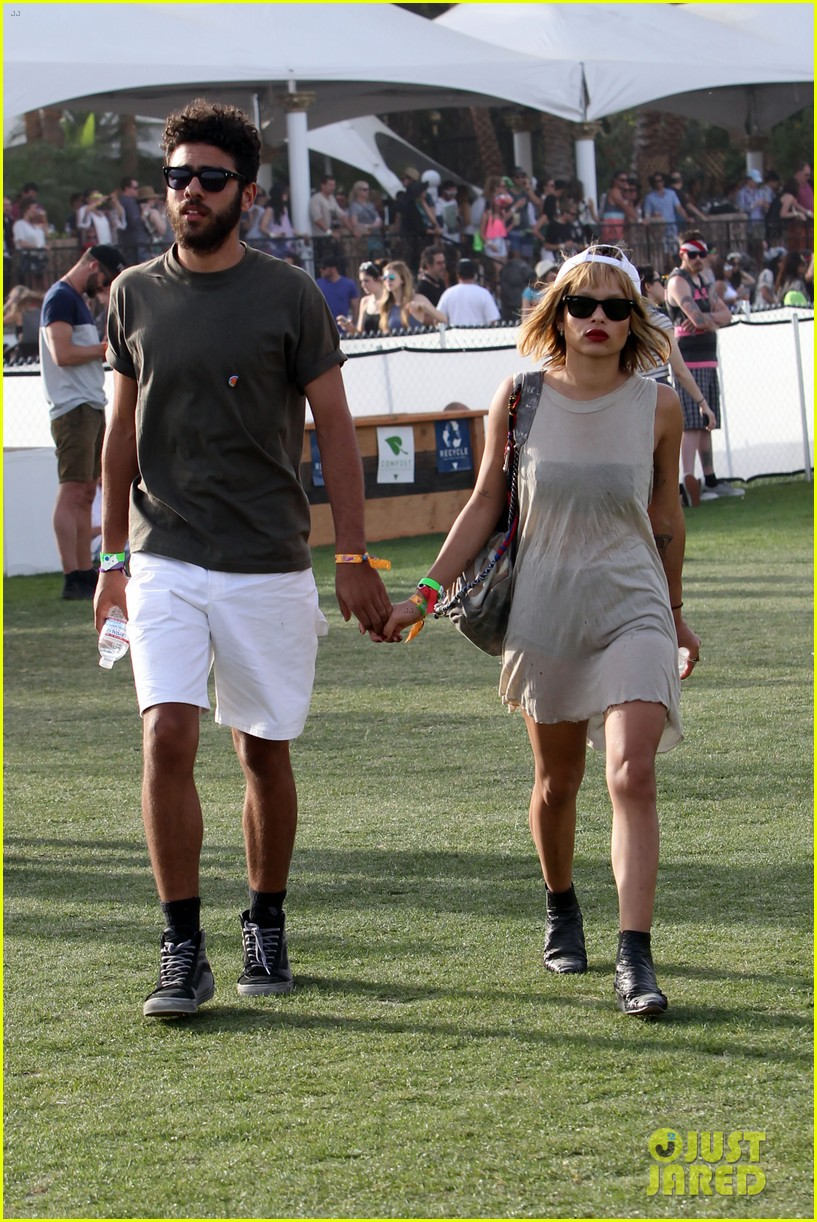zoe kravitz holds hands with mystery man coachella 08