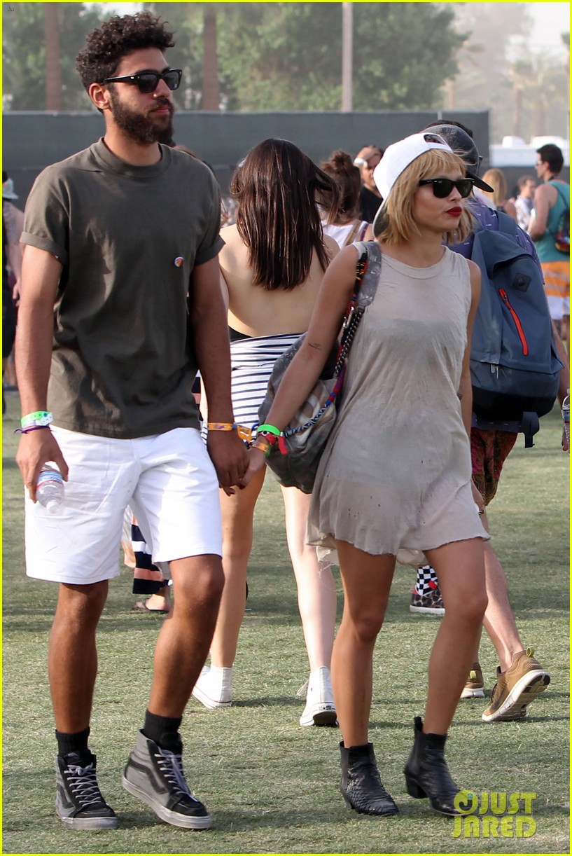zoe kravitz holds hands with mystery man coachella 15