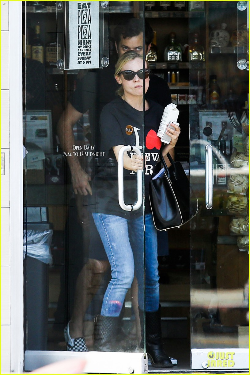 diane kruger wears loose t shirt with joshua jackson 10