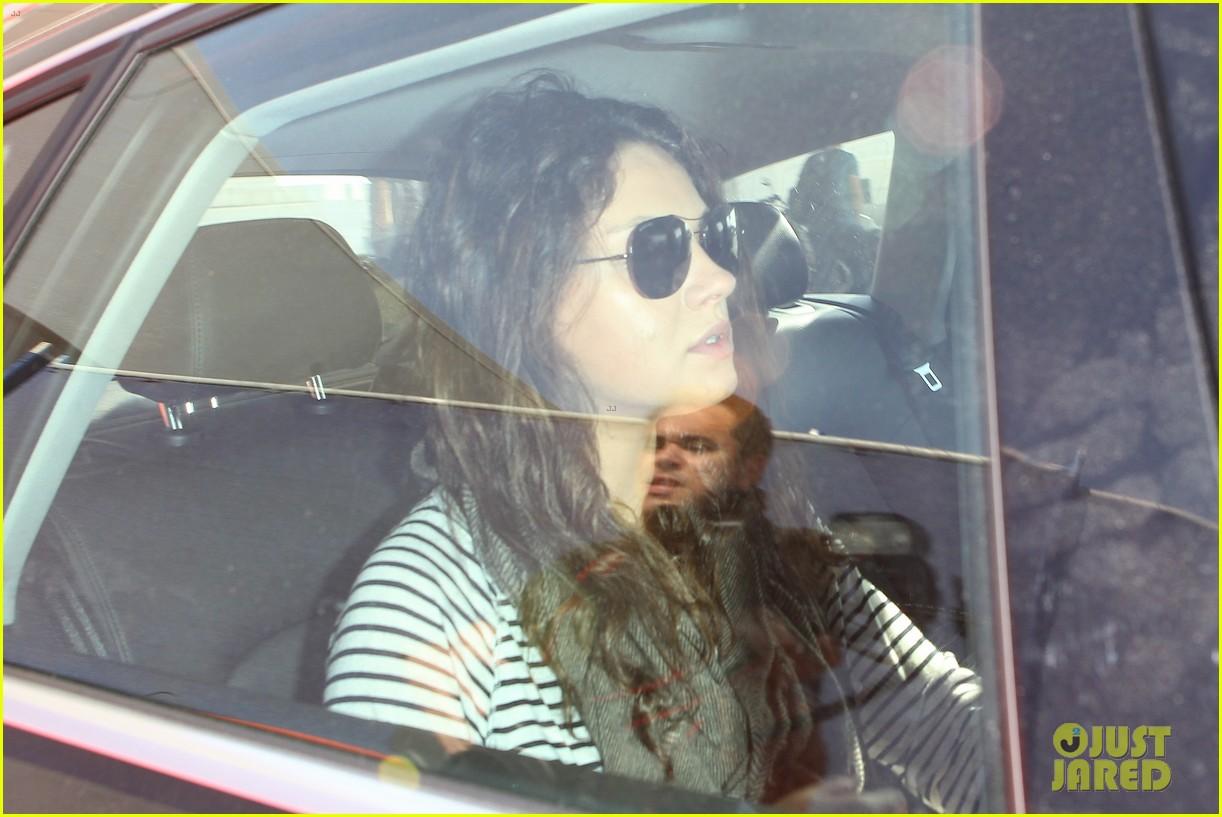 pregnant mila kunis ashton kutcher arrive home for easter 073095339